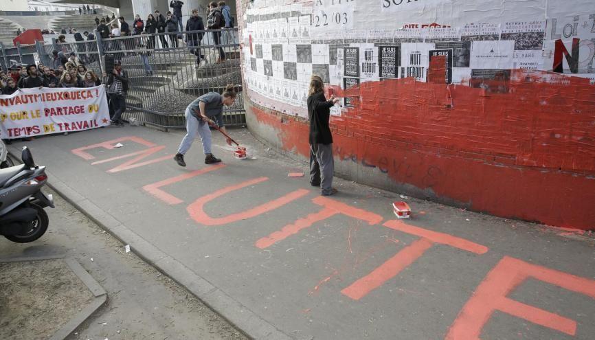 L'université Paris 1 Tolbiac repeinte en rouge par des étudiants pour protester contre la loi Travail. //©Nicolas Tavernier/REA