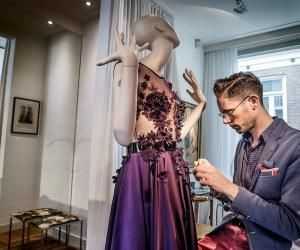 Le créateur néerlandais Edwin Oudshoorn soigne les derniers détails, quelques jours avant son défilé à Paris dans le cadre de la semaine de la haute couture en juillet 2016.