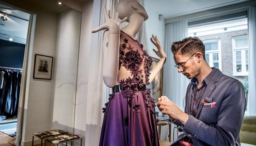 Le créateur néerlandais Edwin Oudshoorn soigne les derniers détails, quelques jours avant son défilé à Paris dans le cadre de la semaine de la haute couture en juillet 2016. //©Jean Pierre JANS/REA