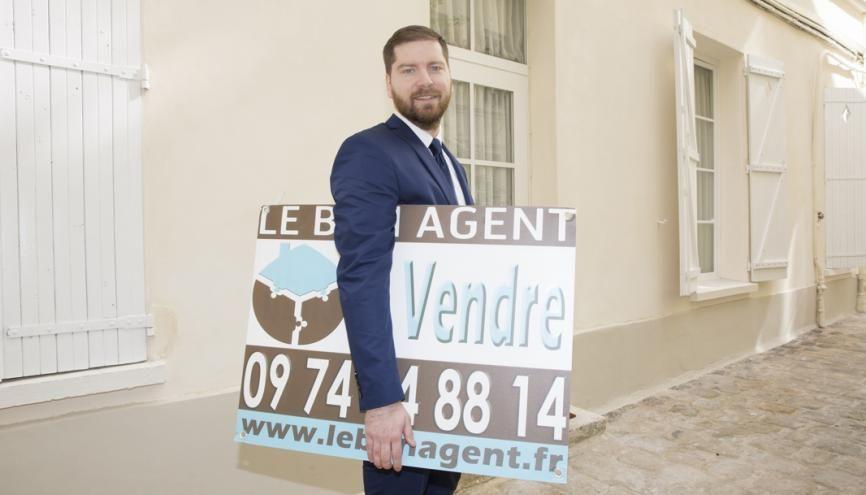 """Loïc, agent immobilier : """"Stéphane Plaza teste les lits et les canapés ! Mais lors d'une visite, cela ne se fait pas !"""" //©Florence Levillain pour L'Étudiant"""