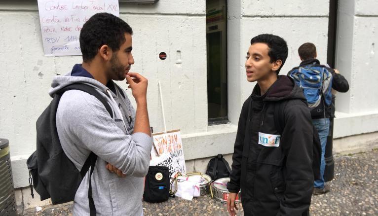 Sur le campus de Tolbiac, les militants UNEF tentent de mobiliser pour l'AG et la manifestation.