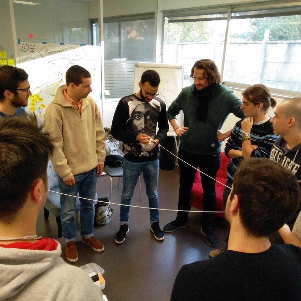 Les 12 élèves du cursus innovation entament la journée de séminaire par le jeu de la pelote, pour développer leur capacité créative. //©Morgane Taquet