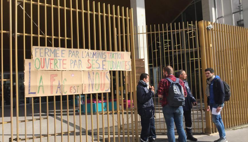 Des étudiants de Paris 4 ont voté la poursuite du blocage du campus de Clignancourt, jeudi 5 avril 2018. //©Laura Taillandier