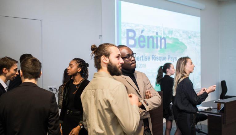 Pendant trois mois, des étudiants de quatrième année se mettent au service d'une entreprise ou d'une organisation souhaitant s'implanter dans un pays, ici le Bénin.