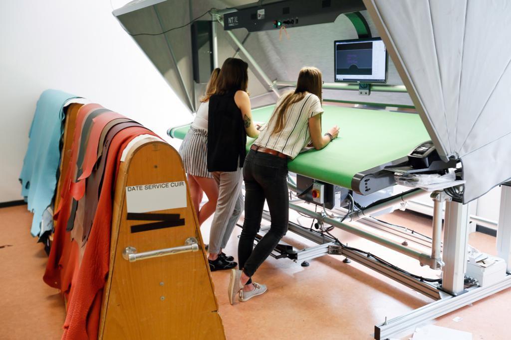 Reliée à un logiciel informatique, cette énorme machine, la Comelz, sert à découper les pièces de cuir ou de tissu selon les plans déterminés. //©Mathieu Cugnot/Divergence pour l'Etudiant