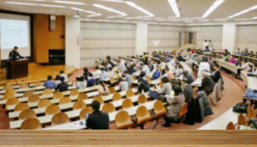 Des examens finaux mais aussi des partiels et des travaux dirigés : à l'université, l'évaluation prend de nombreuses formes. //©YY apartment/AdobeStock