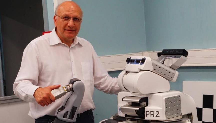 Raja Chatila, directeur de l'Institut des systèmes intelligents et de robotique, devant un de ses robots. // © ISIR //©ISIR