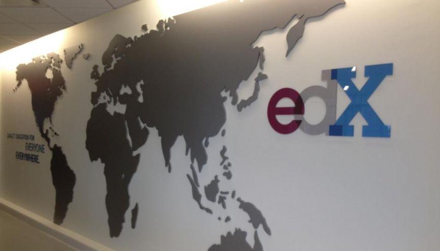 """Dans les locaux de l'edX. Dans le fond, le slogan de la plate-forme américaine qui compte 50 partenaires : """"Quality Education for Everyone, everywhere"""" (""""Une éducation de qualité pour tout le monde, partout""""). //©Yaël Didi"""