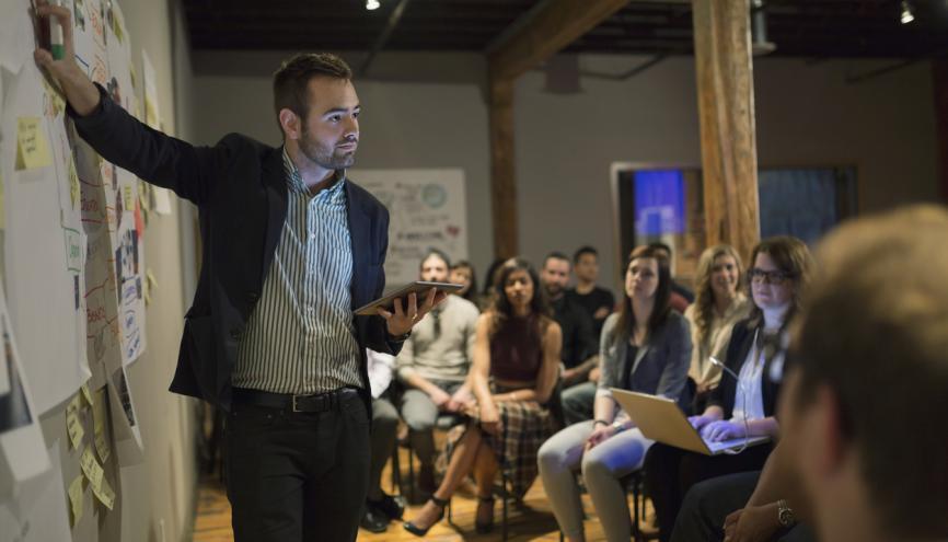 Réussir sa première prise de parole en entreprise : les meilleurs conseils des coachs //©Hero Images/Plainpicture