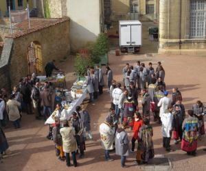 Barbecue du week-end pour les étudiants des Arts et Métiers ParisTech, en blouses traditionnelles, à Cluny.