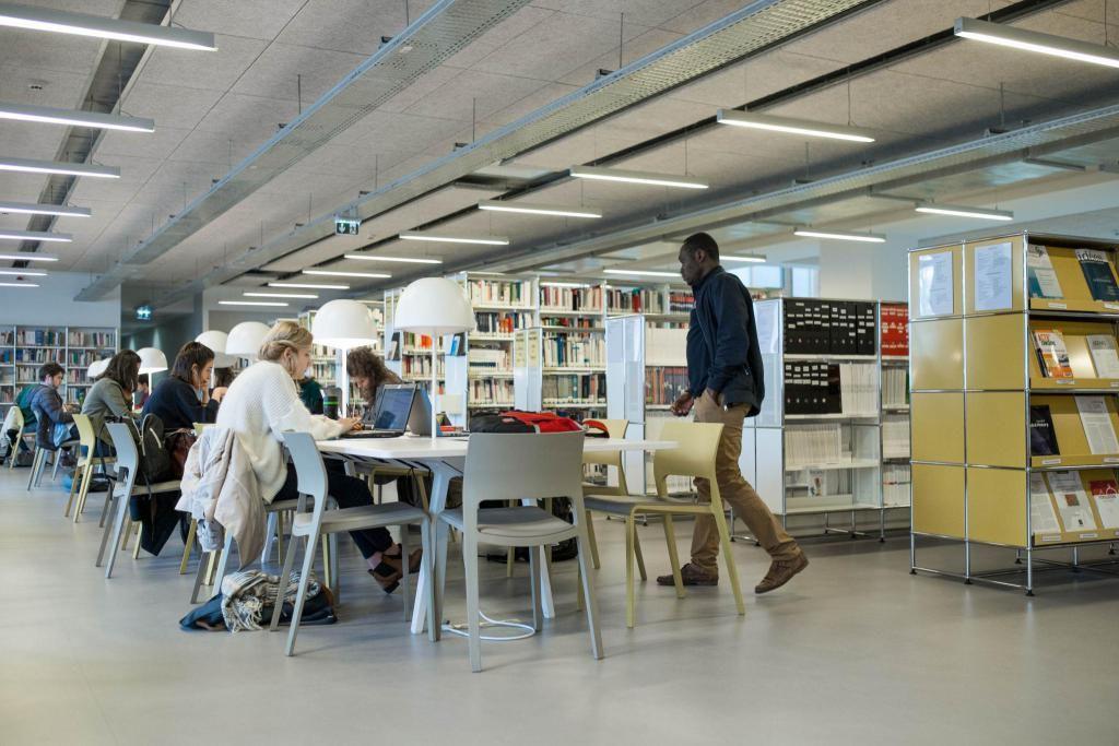 La bibliothèque de l'IEP, qui dispose de petits espaces de discussion et de grandes tables de travail, peut accueillir jusqu'à 360 étudiants. //©Eugénie Baccot/Divergence pour l'Etudiant