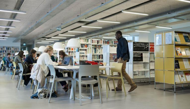 La bibliothèque de l'IEP, qui dispose de petits espaces de discussion et de grandes tables de travail, peut accueillir jusqu'à 360 étudiants.