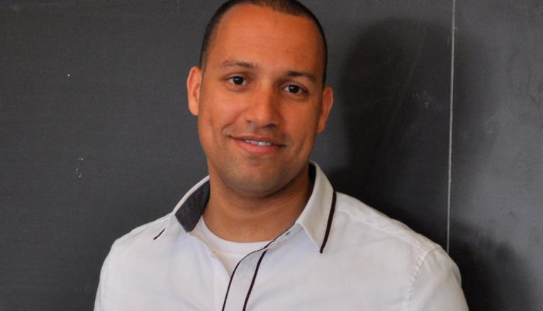 Hosni, qui a créé son entreprise au Canada, rejette les CV contenant des informations personnelles des candidats.