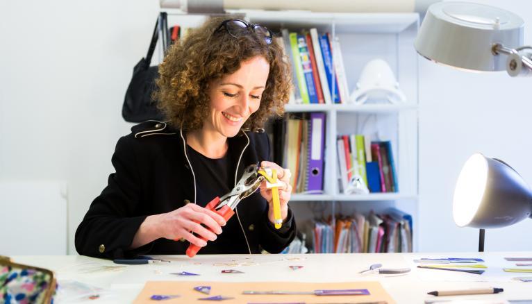 """<strong>CAMILLE, ARTISAN DESIGNER CUIR : &QUOT;LE CUIR OFFRE BEAUCOUP DE POSSIBILITÉS, ET DE LARGES PALETTES DE COULEURS&QUOT; (1/2)</strong><br />Avant de créer sa marque éponyme, Camille Roussel, 32 ans, a suivi une formation en design objets à l'ENSAD : """"J'ai beaucoup aimé les Arts décoratifs de Paris, c'est une bonne formation pluridisciplinaire, confie-t-elle. C'est là que je suis tombée amoureuse de la matière cuir. C'est un matériau à la fois souple, léger et résistant, qui offre beaucoup de possibilités, et de larges palettes de couleurs. Je travaille avec deux tanneries françaises labellisées éco-responsables, qui fournissent les grandes maisons du luxe. Pour tout ce qui est métal (pour les sautoirs, les apprêts des boucles d'oreille…), je fais appel à un doreur parisien."""" //&nbsp;&copy;&nbsp;Thomas Louapre / Divergence pour l&#039;Étudiant"""