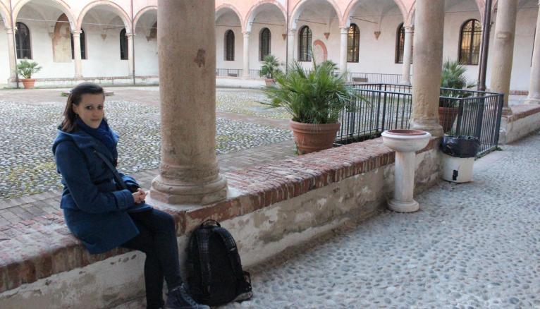 Les cours d'histoire d'art contemporain de Marie-Laure se déroulent dans un monastère. // © Delphine Dauvergne