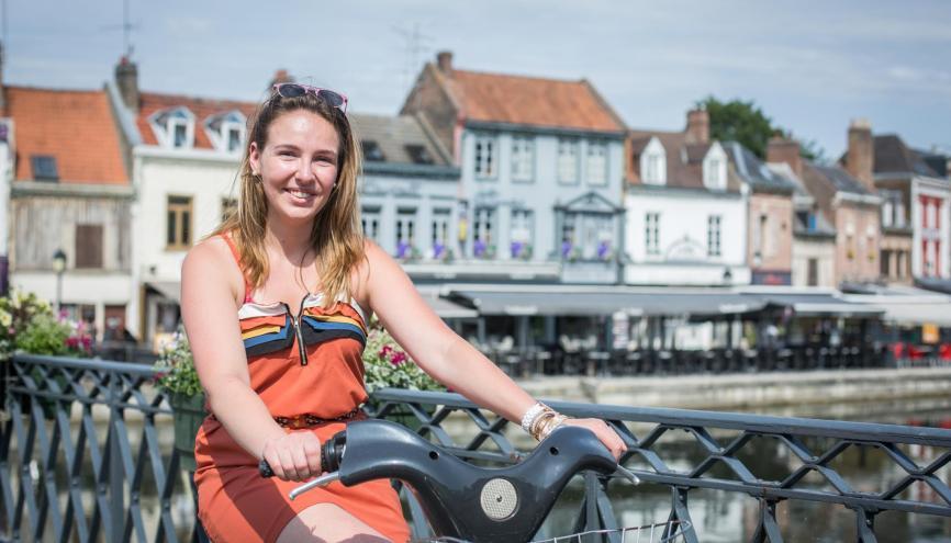 """Pour ses sorties à Amiens, Pauline utilise le Vélam : """"Il y a beaucoup de bornes, notamment près des établissements d'enseignement supérieur."""" //©Julie Balagué pour l'Étudiant"""