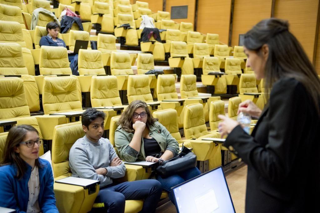 Joana lors d'une réunion sur l'orientation organisée au ministère de l'Enseignement supérieur. //©Cyril Entzmann/Divergence pour l'Etudiant