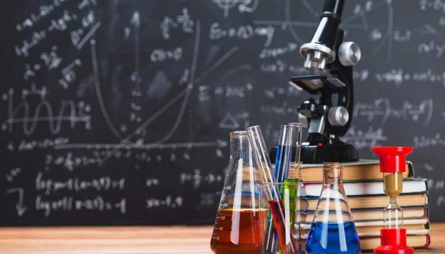 Suivre des spécialités scientifiques est nécessaire pour accéder aux filières paramédicales. //©Anatoly Tiplyashin / Adobe Stock