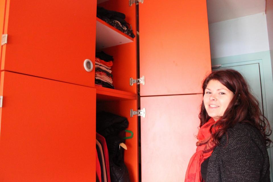 Dans sa grande armoire rouge, Maria a pu caser toutes ses affaires. //©Delphine Dauvergne