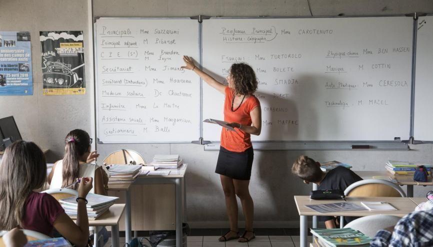 En cinquième, les élèves découvrent une nouvelle langue vivante et les enseignements pratiques interdisciplinaires. //©Ian HANNING/REA