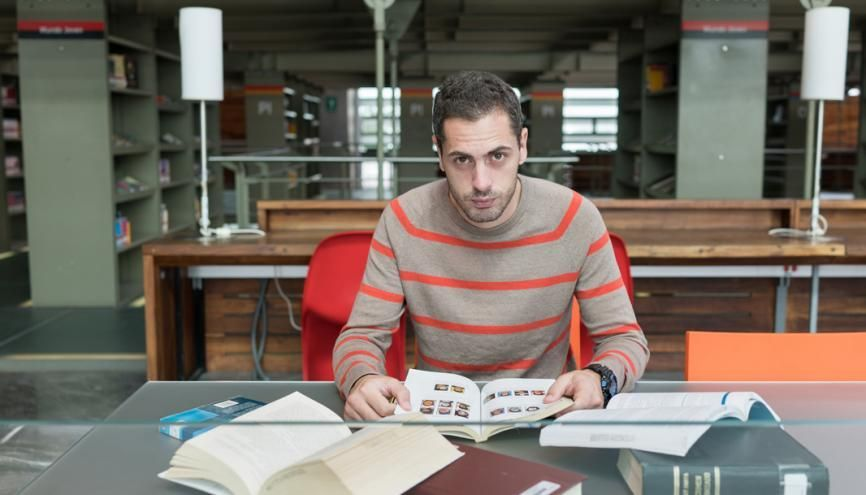 L'étudiant se documente pour son mémoire dans la bibliothèque publique Vasconcelos, au nord de la ville. //©Romain Thieriot pour l'Etudiant