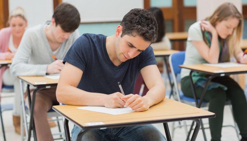 Tous les concours d'entrée en IEP comportent des épreuves écrites. //©Shutterstock