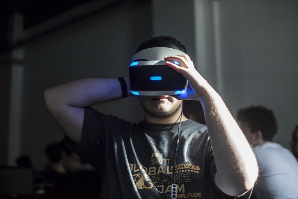Clément ne voit pas le photographe qui lui fait face. Il teste, devant sa classe, un jeu vidéo en réalité virtuelle. //©Laurent Hazgui/Divergence pour l'Etudiant