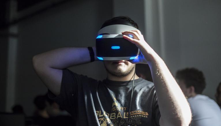 Clément ne voit pas le photographe qui lui fait face. Il teste, devant sa classe, un jeu vidéo en réalité virtuelle.