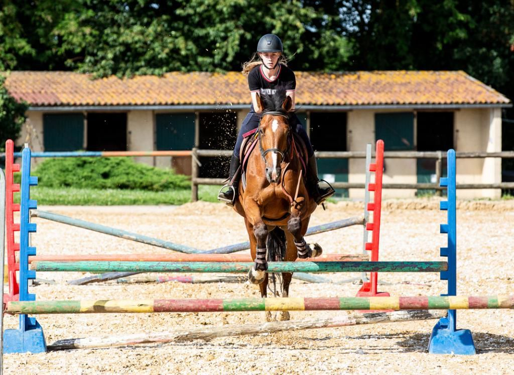 """Lucy participe aux compétitions en """"complet"""" (saut, cross et dressage). Ici, elle s'entraîne au saut d'obstacles. //©Florence Levillain pour L'Étudiant"""