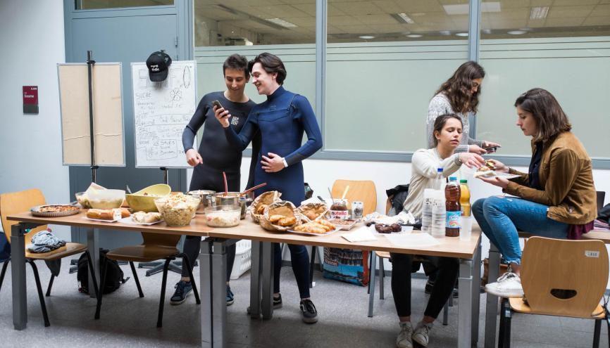 À Sciences po Bordeaux, les associations vendent à tour de rôle des plats maison pour financer leurs projets. //©Eugénie Baccot/Divergence pour l'Etudiant