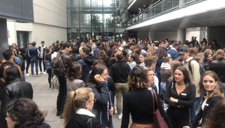 Les quelques 200 étudiants commencent à chercher leur binôme.