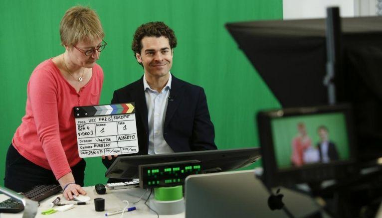"""Enregistrement d'une vidéo destinée au MOOC de HEC Paris, """"Comprendre l'Europe"""", avec Vanessa Klein, directrice du projet, et Alberto Alemanno, professeur de droit européen."""