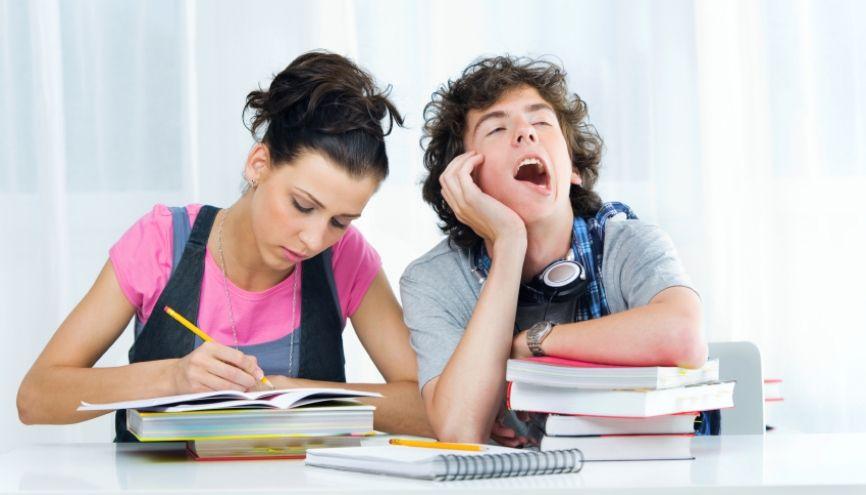 Les élèves qui lisent régulièrement ont des résultats scolaires supérieurs à ceux qui ne lisent pas. //©iStockphoto