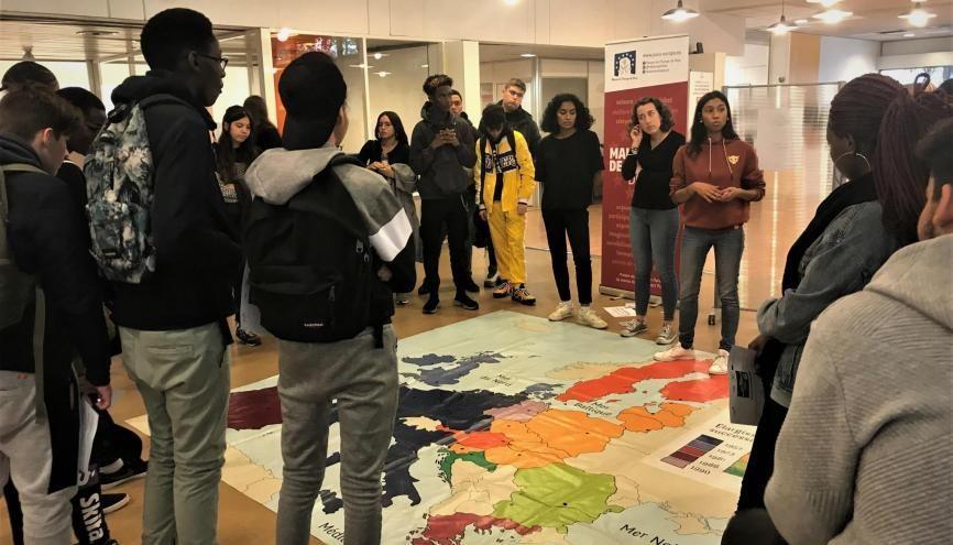 Pendant les Erasmusdays, les lycéens ont évoqué l'histoire de l'UE grâce à une carte géante. //©Pauline Bluteau