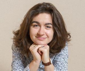 Laure est une très bonne élève, entreprenante et scientifique.
