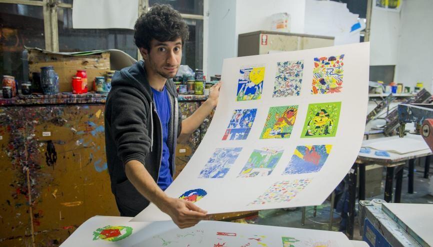 Dans l'atelier de sérigraphie de la Haute École des arts du Rhin, à Strasbourg (67), les élèves peuvent réaliser leurs projets sur différents supports. //©Cyril Entzmann/Divergence pour l'Etudiant