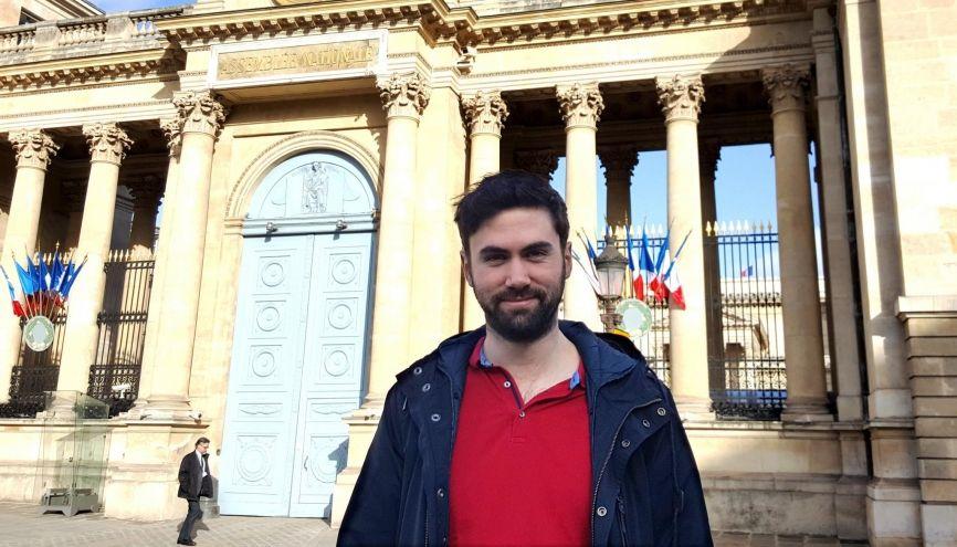 Marc Bonneau, attaché parlementaire de Sandrine Doucet, devant l'Assemblée nationale, vendredi 3 février 2017. //©Natacha Lefauconnier