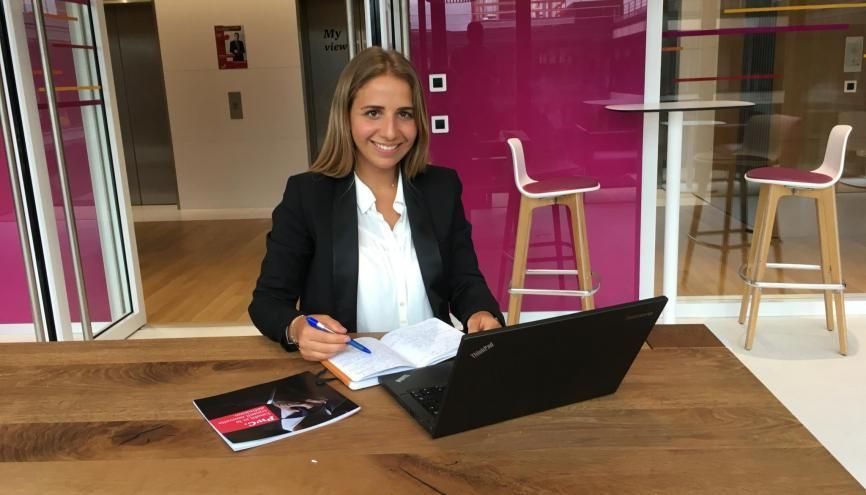 Arielle, 24 ans, future diplômée de l'EM Lyon, effectue un stage d'un mois auprès du président France du cabinet d'audit PwC dans le cadre du concours CEO for One Month. //©Photo fournie par le témoin