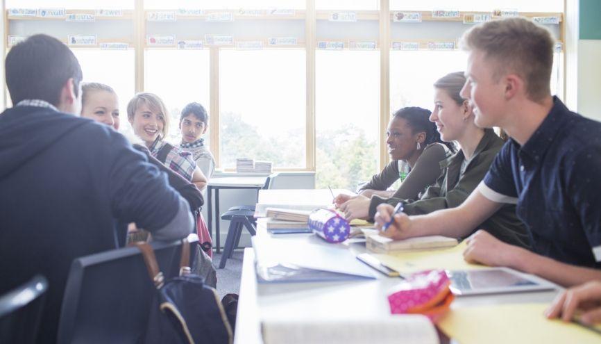 Lycées publics et lycées privés peuvent proposer des cours en petits groupes pour revoir certaines notions. //©Sam Edwards/ Caiaimages/ Plainpicture