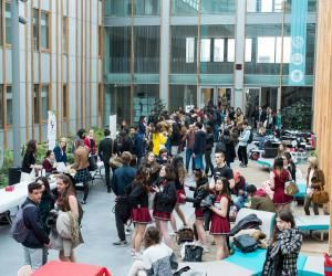 Reliant les bâtiments A et B, l'atrium est un lieu de passage où les étudiants se rassemblent et profitent des banquettes, tables de pique-nique et autres chaises longues.