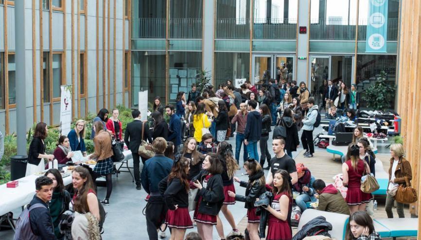 Reliant les bâtiments A et B, l'atrium est un lieu de passage où les étudiants se rassemblent et profitent des banquettes, tables de pique-nique et autres chaises longues. //©Eugénie Baccot/Divergence pour l'Etudiant