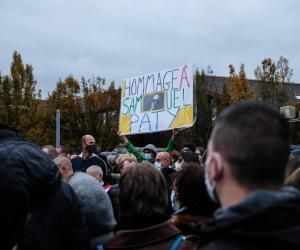 Plusieurs milliers de personnes se sont rassemblées mardi soir devant le collège du Bois d'Aulne à Conflans-Sainte-Honorine.