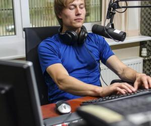 Sur le print, le web ou à la radio, le métier de journaliste peut s'exercer de différentes façons et sur différents supports.