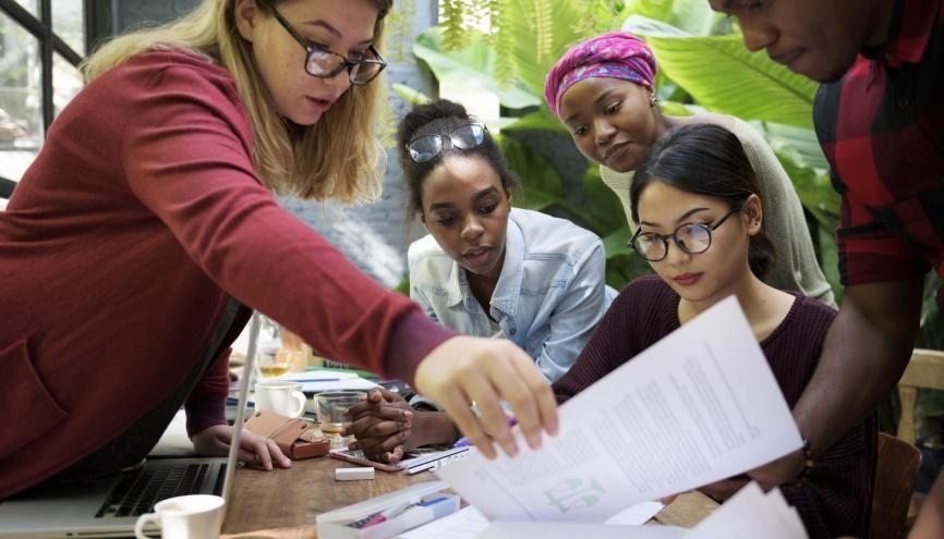 Les séances de travail en petit groupe sont très efficaces pour accompagner les étudiants à leur entrée à l'université. //©Rawpixel.com/AdobeStock