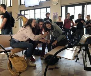 À l'institut Carrel, des jeunes comédiens jouent face une caméra à 360 degrés.