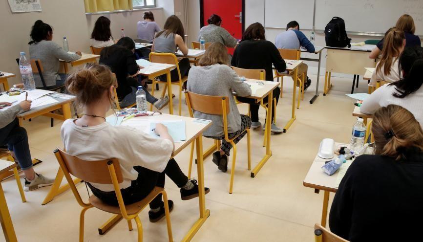 Face à l'annonce du ministre de l'Éducation nationale, les élèves de terminale sont partagés entre le soulagement et la déception. //©BENOIT TESSIER / REUTERS