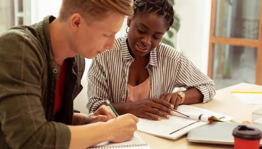"""Dans les """"prépa solidaires"""", des jeunes diplômés aident les élèves issus de milieux favorisés à préparer les concours d'entrée aux grandes écoles, écoles de journalisme et écoles de la fonction publique. //©zinkevych/Adobe Stock"""