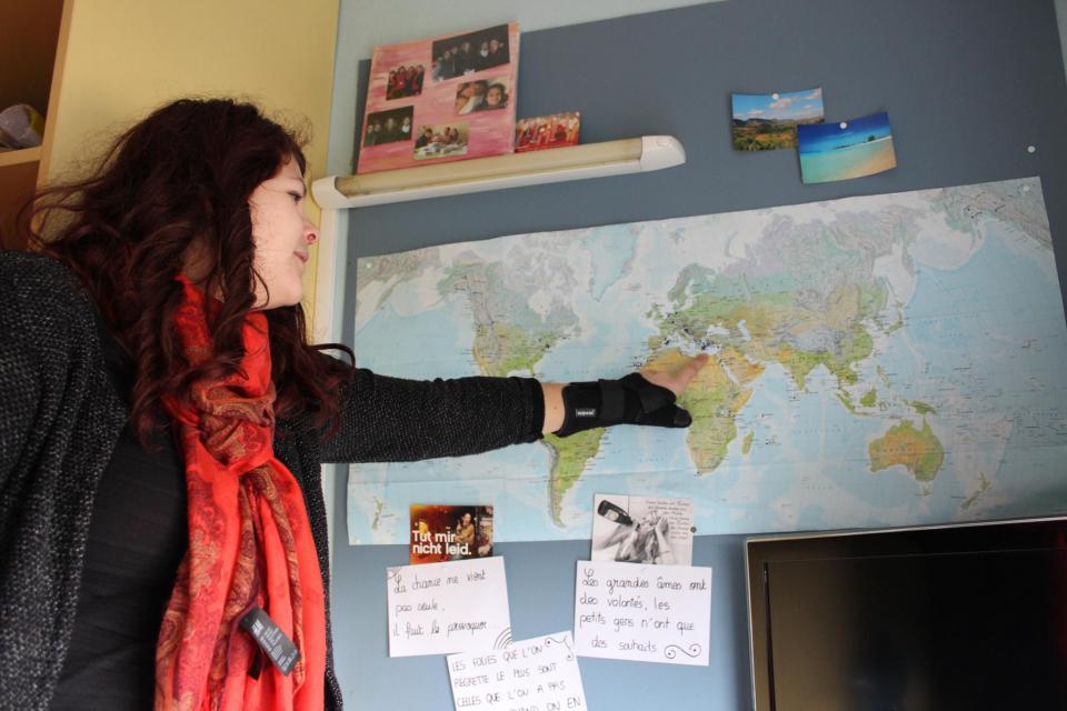 """""""J'ai noté sur la carte tous les endroits où je suis déjà allée : New York, Crète, Majorque, République dominicaine…"""" //©Delphine Dauvergne"""