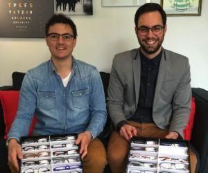 Antoine Hullin et Quentin Lazarus se déplacent chez les clients pour vendre leurs lunettes.
