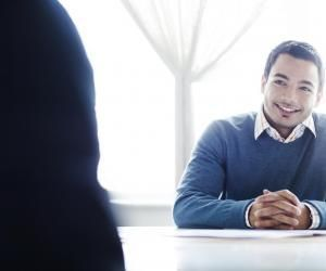 On estime que plus de 70 % du message que vous faites passer tient à votre attitude et non à vos mots : souriez et tenez-vous droit.